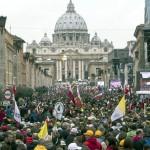 Cerca de 1 milhão de fiéis se reúnem na Praça São Pedro, em Roma
