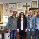 Maria Victoria e a equipe de jornalistas e assessores, durante entrevista para o Vozes do Paraná 7