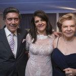 """Susane aparece entre os pais, o advogado José Machado de Oliveira e a artista plástica Doralice Zanetti. Machado, ou Dr. Machado como é conhecido, está em festa também pelo escritório que ajudou a fundar: Prolik Advogados completa 70 anos em outubro""""."""