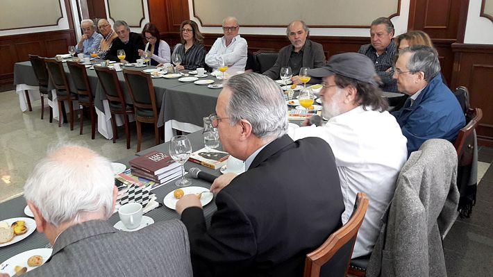 Ao lado do acadêmico Laurentino Gomez e outros amigos.