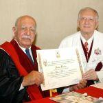 Metry Bacila recebeu em 2009 o título de Doutor Honoris Causa de Clemente Ivo Juliatto, reitor da PUC-PR na época.