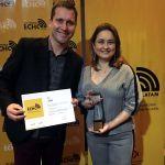Diretores da HouseCricket, Patricia Tavares e Fabiano Cruz, comemoram a conquista.