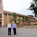 Padre Parron e Irmão Tarachuque diante do Santuário restaurado