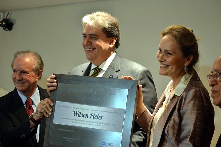 Wilson Picler mostra o certificado do título de Cidadania ACP, ladeado pelo presidente da ACP, Glaucio Geara, e sua esposa a arquiteta Suzana Moritz.