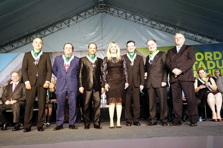 Cícero de Andrade Urban (à esquerda da governadora) no grupo dos condecorados