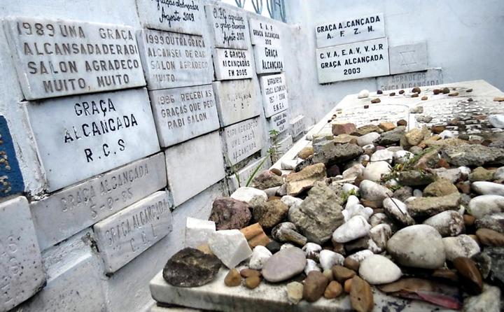O muro da sepultura construída pela comunidade judaica é o espaço usado para as placas sobre as graças alcançadas